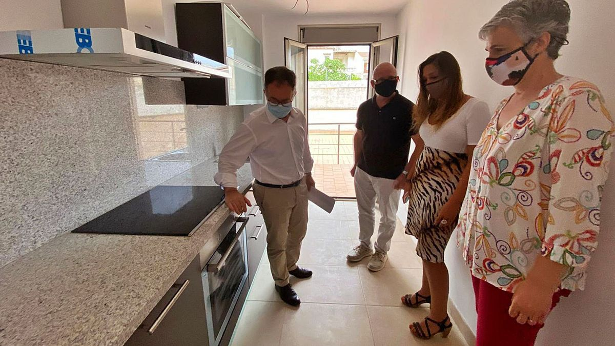 El conseller Marí; el alcalde Gelabert; la gerente del IBAVI, Cristina Ballester; y la concejala Xesca Mir visitaron uno de los pisos.