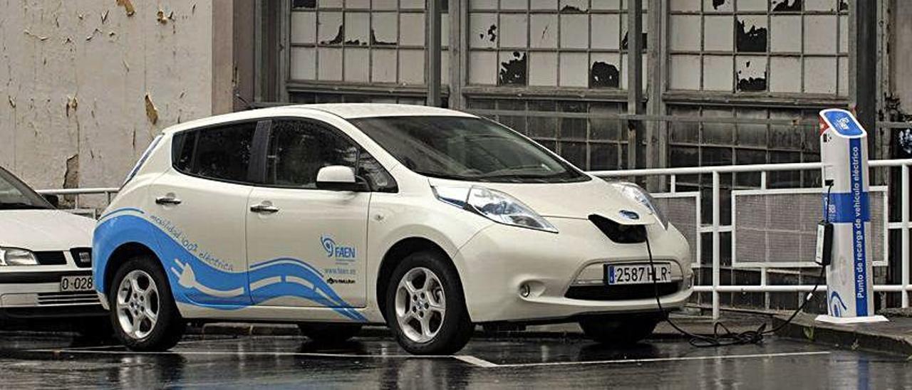 Un vehículo eléctrico, enchufado en el punto de recarga de FAEN.