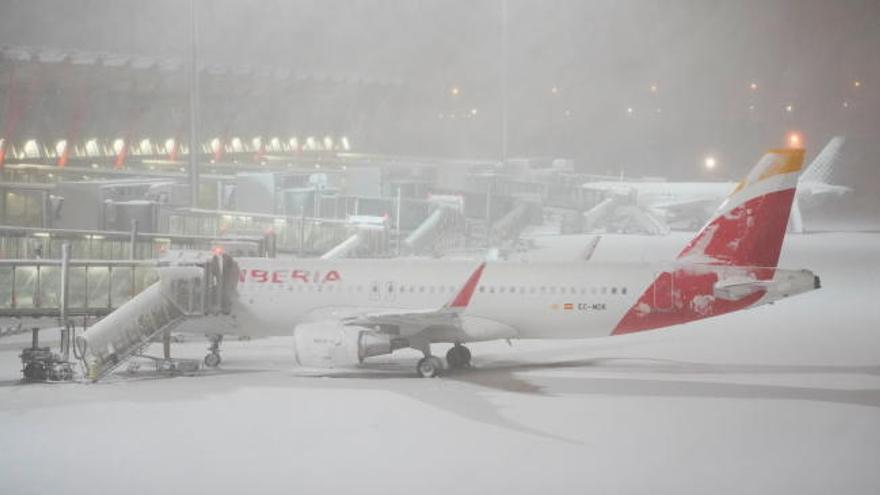 La nevada cierra Barajas y cancela los trenes a Madrid