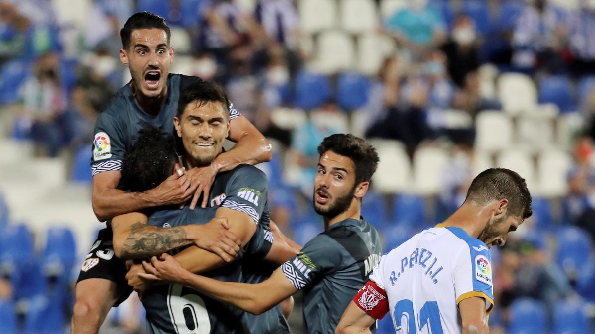 Los jugadores del Rayo celebran uno de los goles en Butarque.