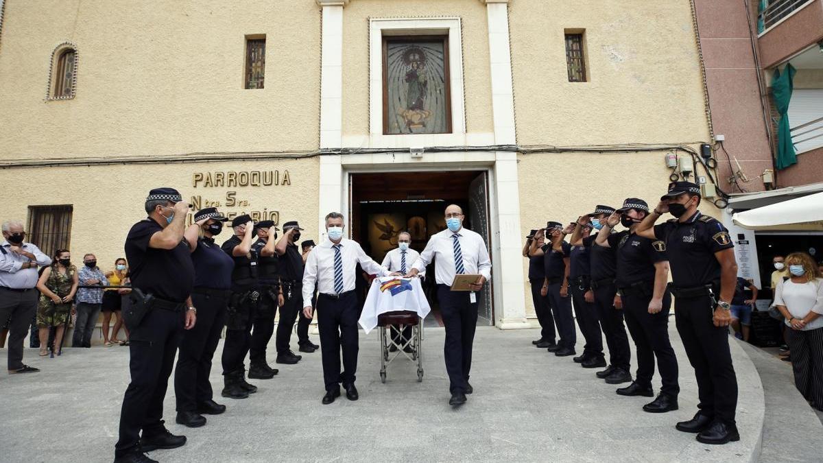 Agentes de la Policía Local han hecho un pasillo al féretro con los restos mortales de Eduardo Gil a su salida de la parroquia de La Mata