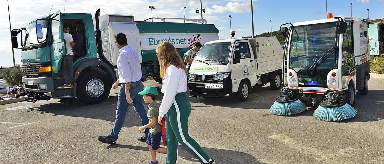 La actual contrata ya estaba introduciendo vehículos ecológicos para el aseo urbano. | M. SEGARRA/A. AMORÓS