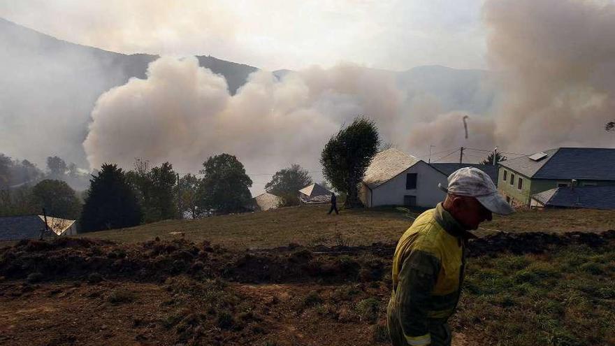 Las llamas rodean cinco pueblos en Ourense y el núcleo de Os Ancares en Cervantes
