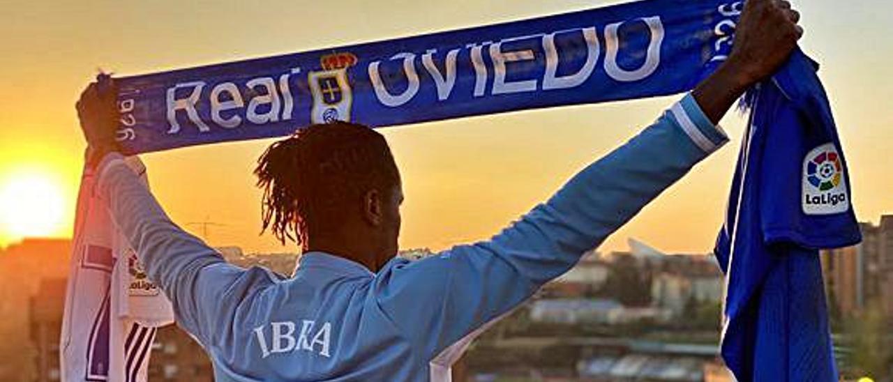 Arriba, Ibra con una bufanda del Oviedo. A la derecha, en su etapa como jugador azul. | LNE