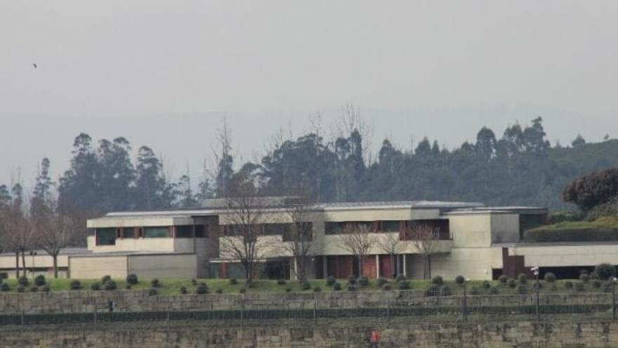 Lanzan un artefacto incendiario contra la residencia oficial de Feijóo en Monte Pío