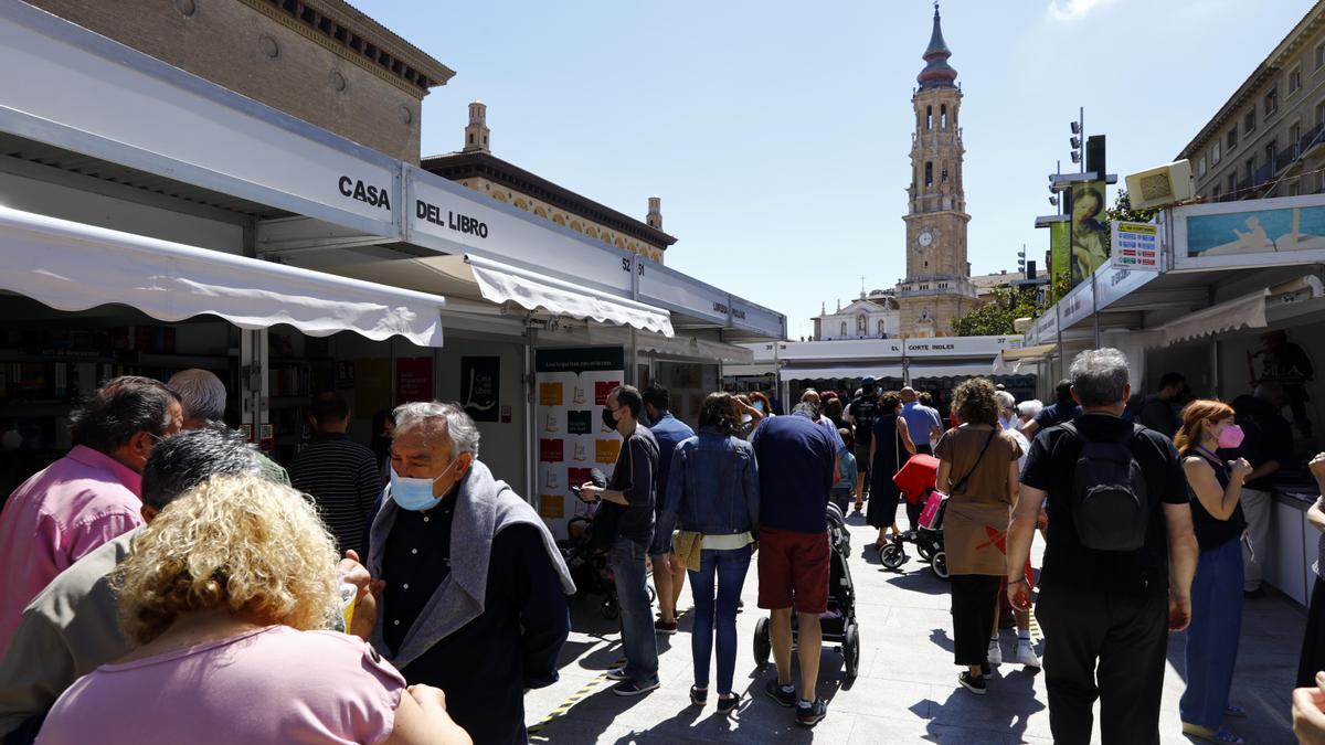 La Feria del libro de Zaragoza ha vivido una de sus jornadas más multitudinarias en la plaza del Pilar.