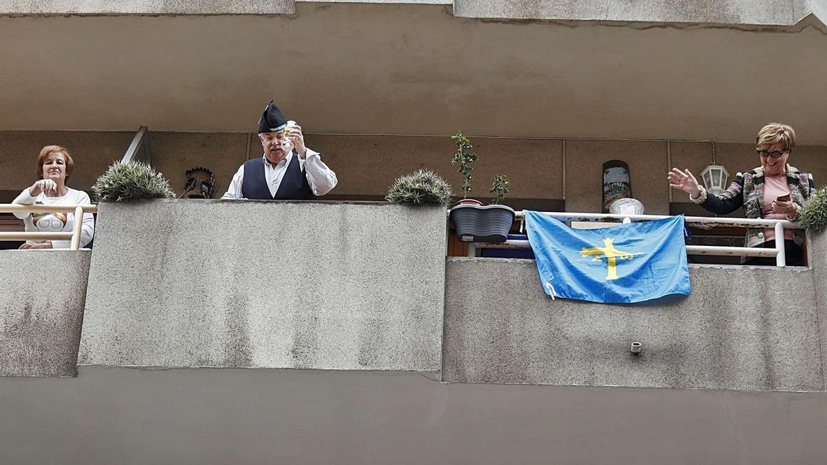 Vecinos del centro de Avilés, celebrando la Comida en la Calle de 2020 en un balcón.