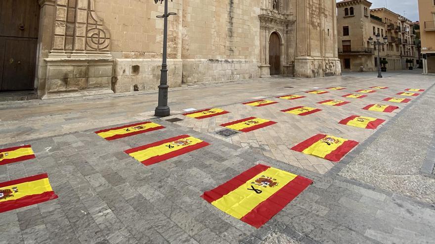 NNGG homenajea a las 23 víctimas del covid en Elche con banderas nacionales con crespón negro junto a Santa María
