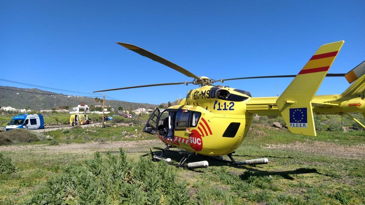 Intervención de los recursos de emergencias tras el accidente de tráfico registrado en Arona.
