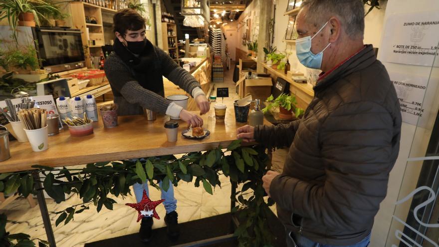 Cuando un café y un pincho es la tabla de salvación: así aguantan los hosteleros el cierre de sus locales