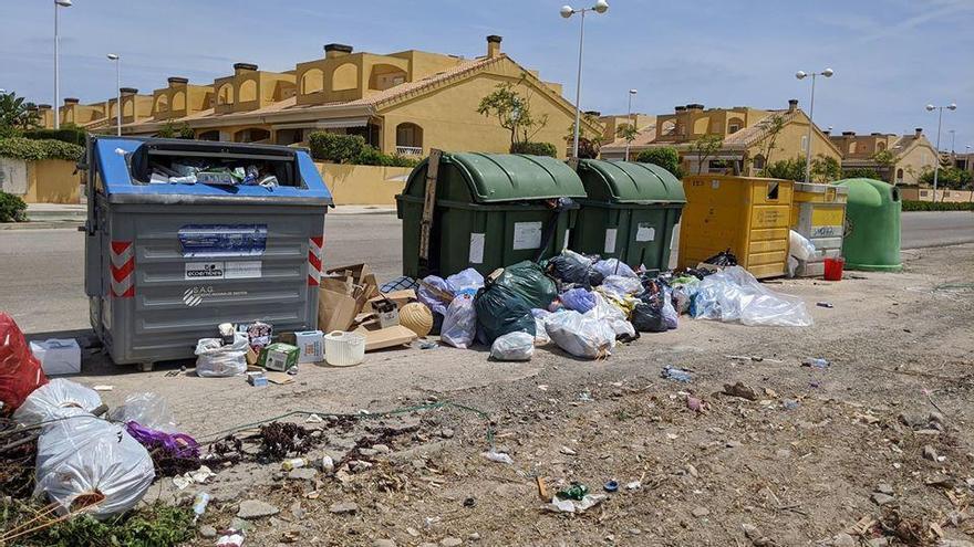 La acumulación de basura sin recoger indigna en Almardà