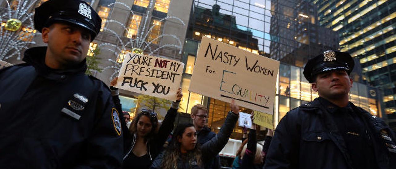 Protestas ante la residencia de Trump la tarde de ayer.