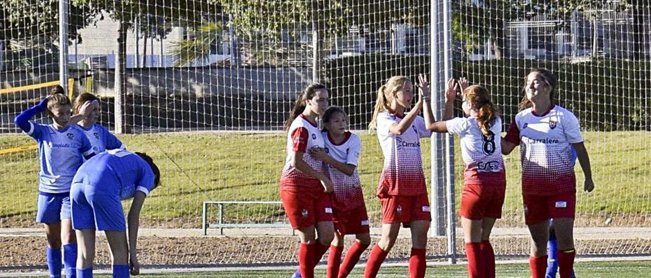 Las chicas del infantil-cadete celebrando un gol.   CIUTAT XÀTIVA CFB