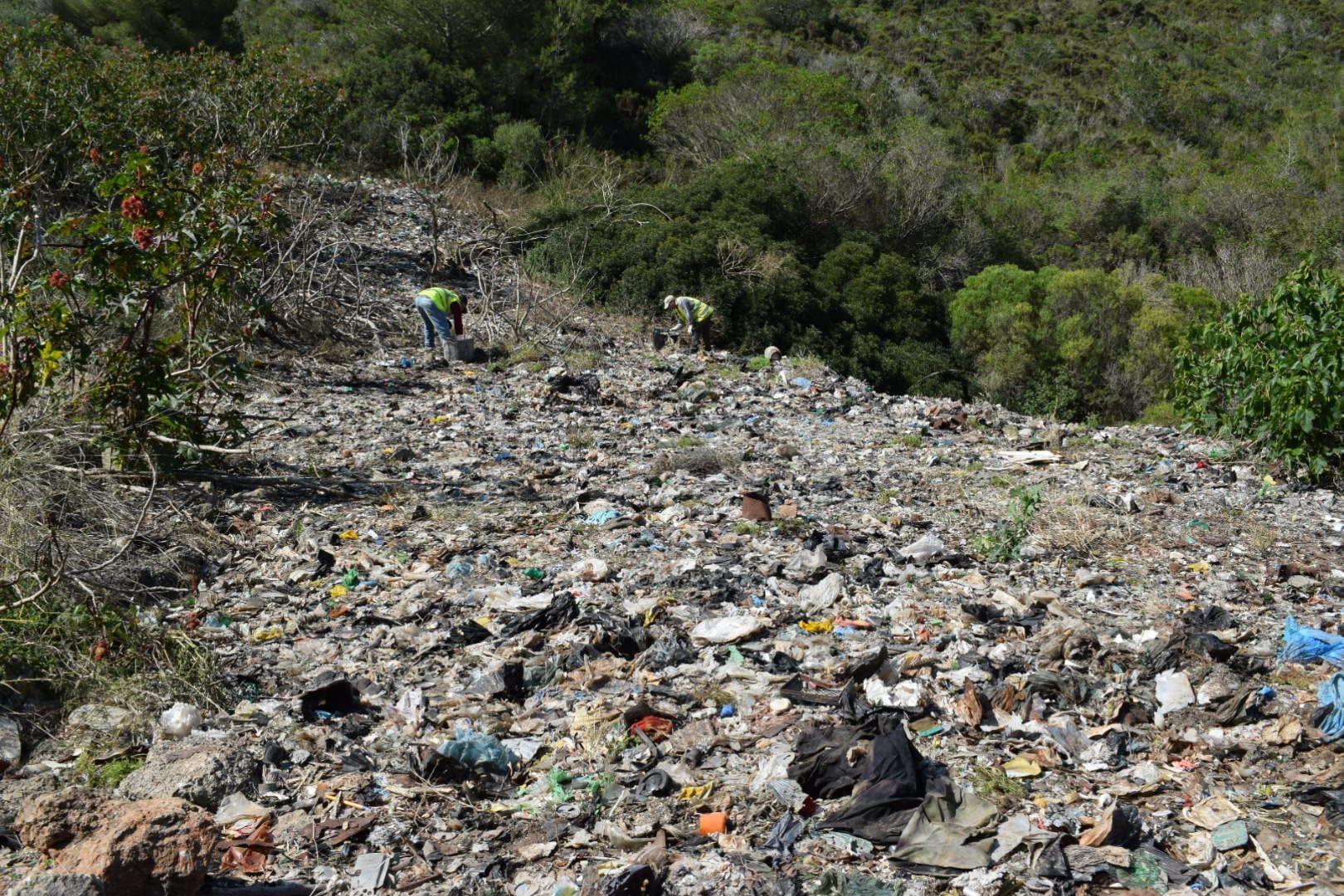 El ayuntamiento de Felanitx recoge veinte toneladas de basura en el vertedero ilegal