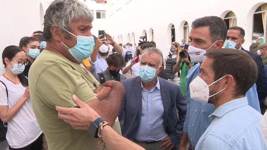 Sánchez visita a los vecinos desalojados por la erupción volcánica en La Palma