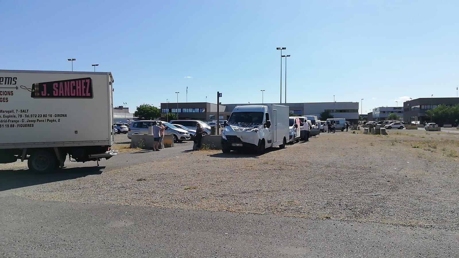 Marxa lenta a Figueres en protesta per la ubicació del mercat de la roba