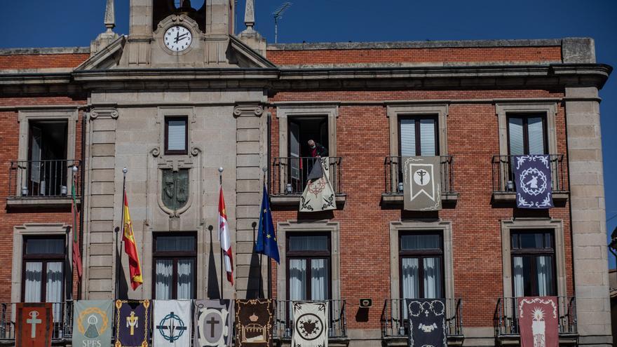 El Ayuntamiento de Zamora retira los reposteros de la fachada municipal