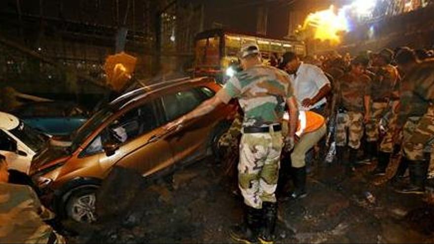 Un muerto y 30 heridos en el derrumbe de un puente en Calcuta