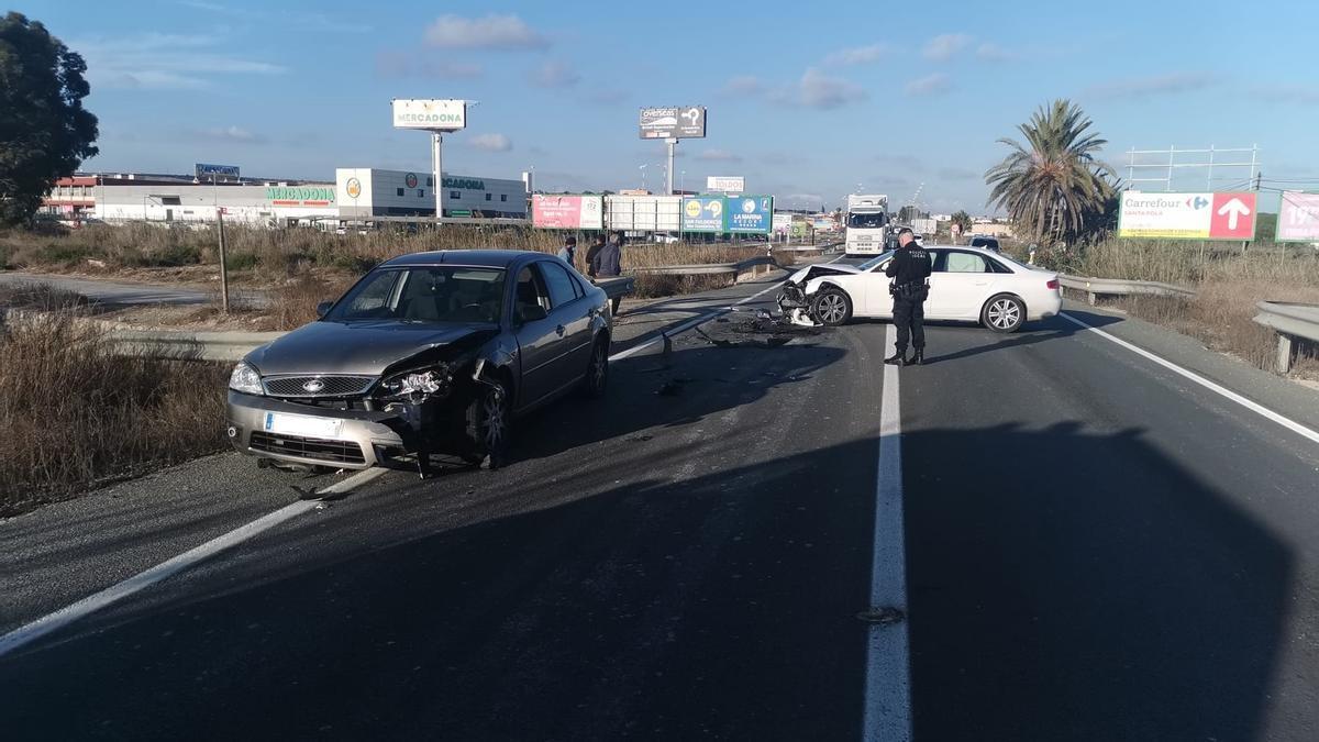 Los dos vehículos siniestrados en la carretera