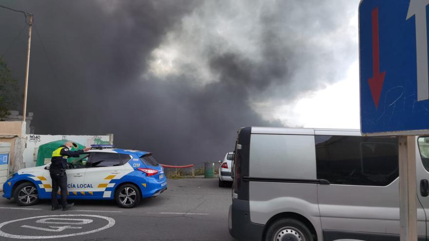 Un incendio en unas naves abandonadas provoca una gran humareda en La Pardilla