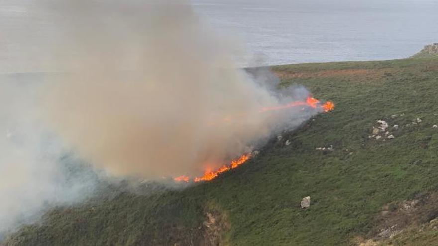 Un rayo provoca un incendio forestal en Ons