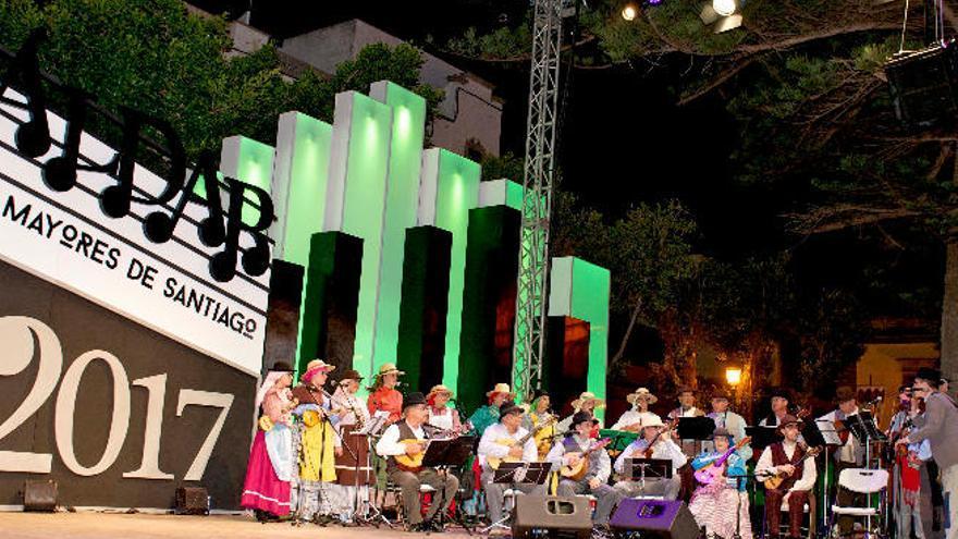 El Festival Cantares a Gáldar llena de música popular la plaza de Santiago