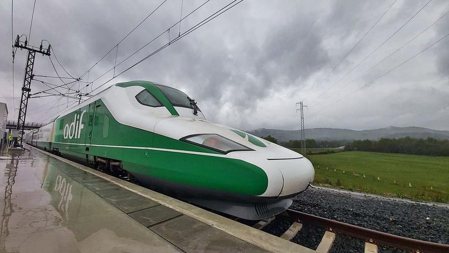 """El tren laboratorio """"Séneca"""" testa el tramo Pedralba-Ourense del AVE a 300 km/hora"""