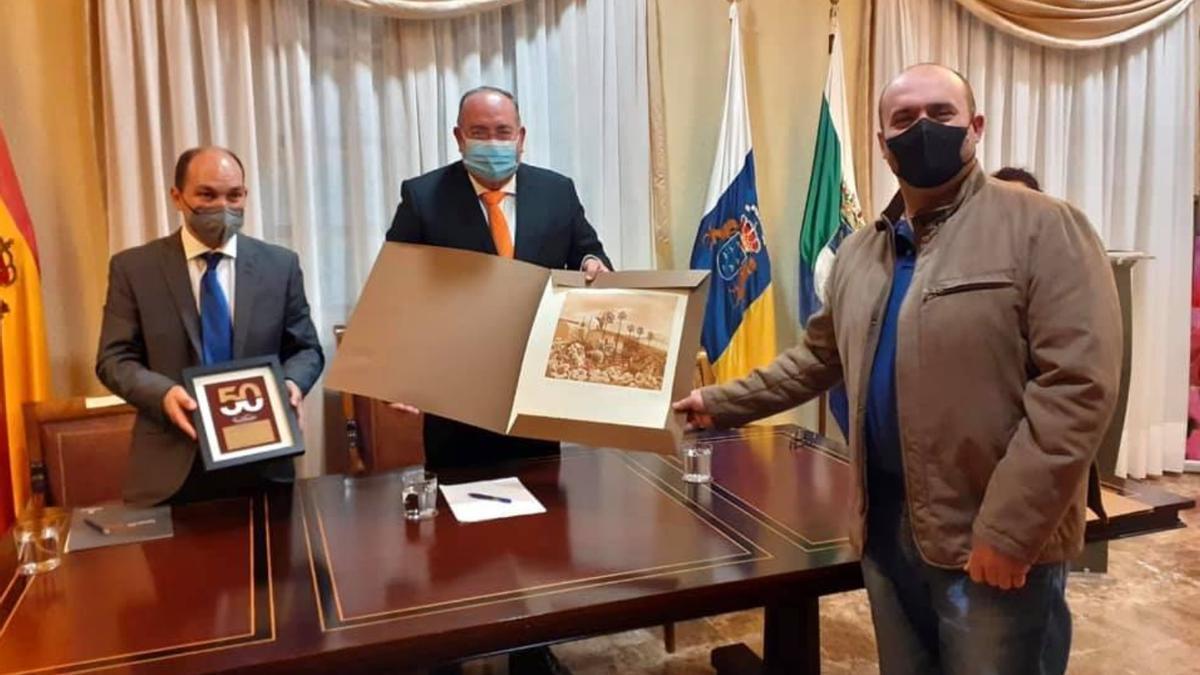 La entrega de los galardones a las empresas con más de 50 años homenajeadas en El Sauzal