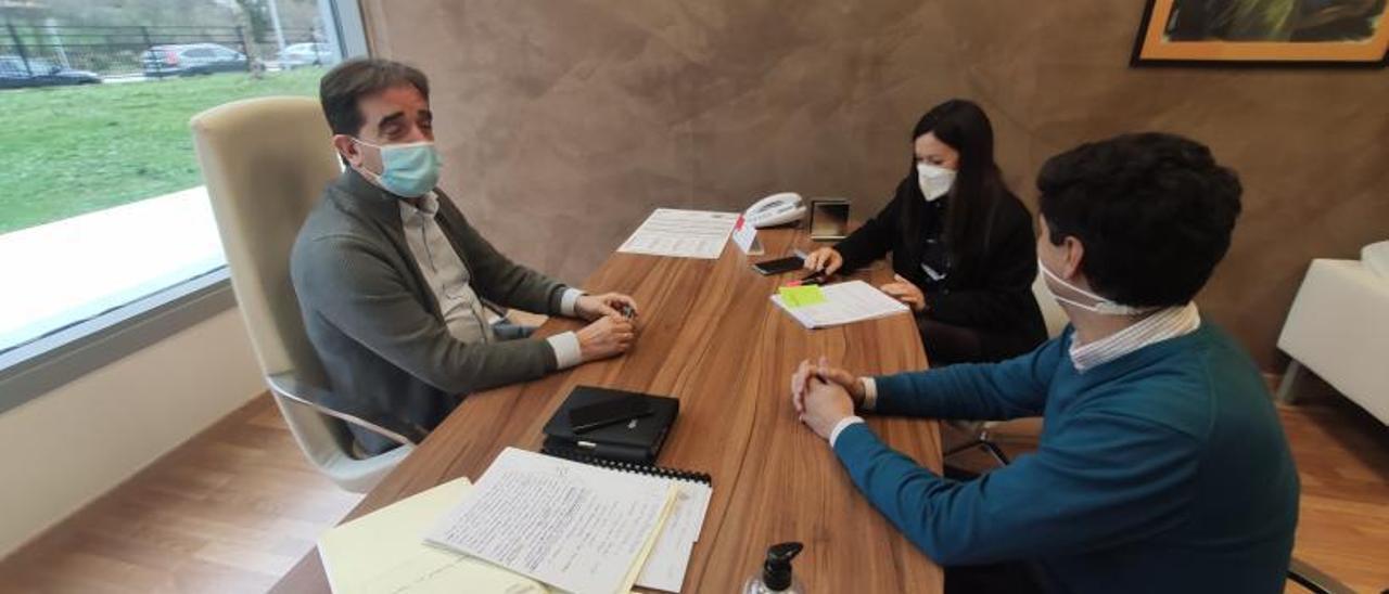 Juan José González Pulgar, en una reunión de trabajo con Raquel Villa y Amador Martínez en la residencia geriátrica de Felechosa. | A. Velasco