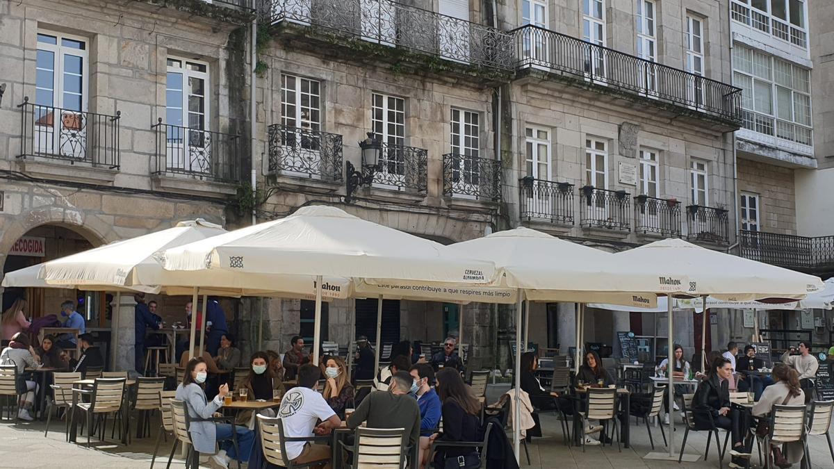 Terrazas del Casvo Vello de Vigo esta mañana. // Marta G. Brea