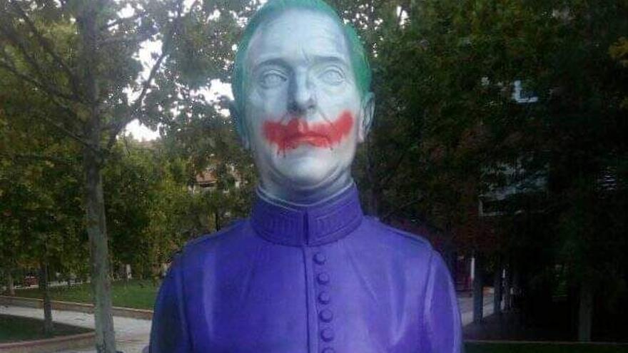Los gamberros se ceban con el busto de Sanz Briz en Zaragoza