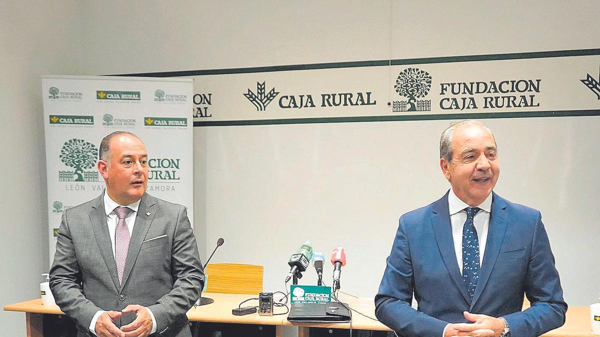 El presidente de Caja Rural de Zamora, Nicanor Santos, y el director general, Cipriano García, en la asamblea de delegados. | José Luis Fernández