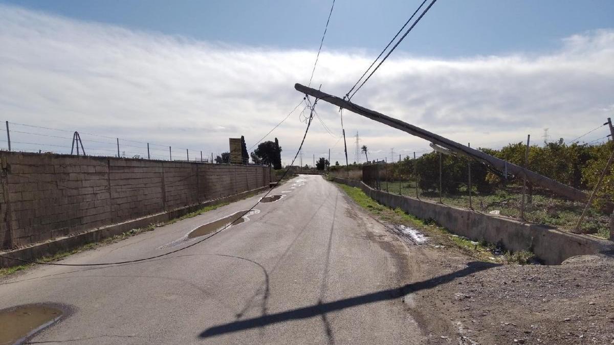 Un poste de luz a punto de volcar desata las críticas de los conductores en Castelló