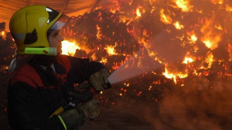 290 bomberos velan contra los incendios en la frontera zamorana con Portugal