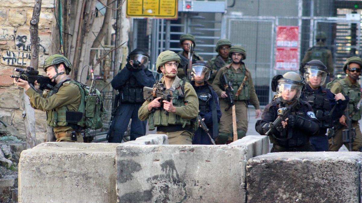 Miembros de las fuerzas de seguridad de Israel en Hebrón, Cisjordania.