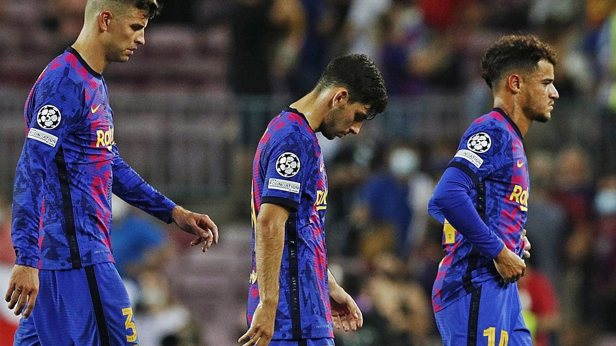 Piqué, Demir y Coutinho, cabizbajos, tras la dura derrota de anoche. |  // EUROPA PRESS