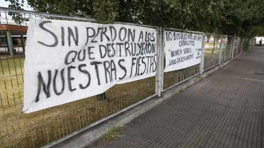 Pancartas contra los que impidieron las fiestas de Versalles