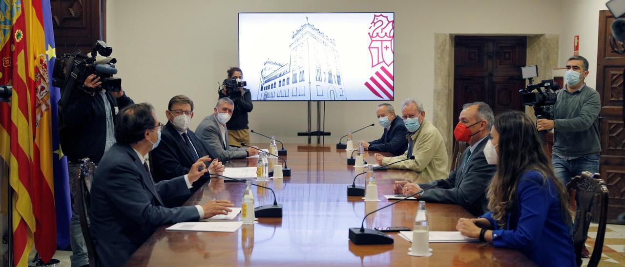 Ximo Puig y los consellers de Economía y Hacienda se han reunido con los representantes sindicales y de la patronal