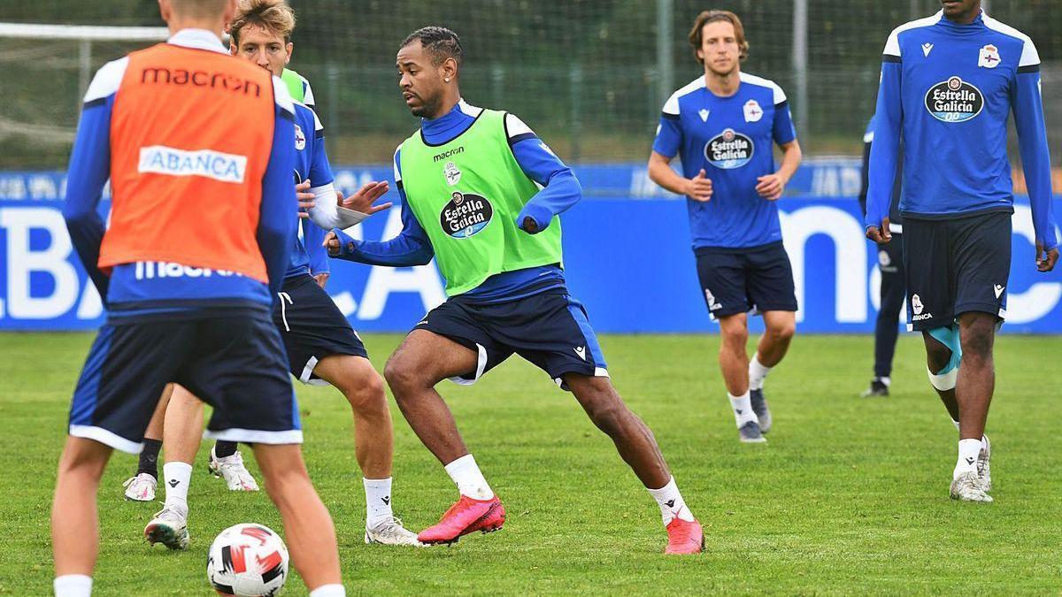 El uruguayo Diego Rolan, en el centro, durante un entrenamiento en Abegondo.