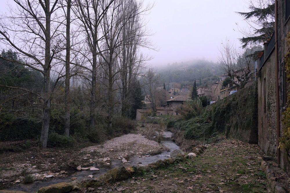 Mura. El municipi de Mura té un territori trencat per serres i fondalades, amb boscos abundants de pins, alzines i roures, fonts nombroses i indrets pintorescos. En aquesta imatge veiem la població acompanyada d'una boira empipadora.