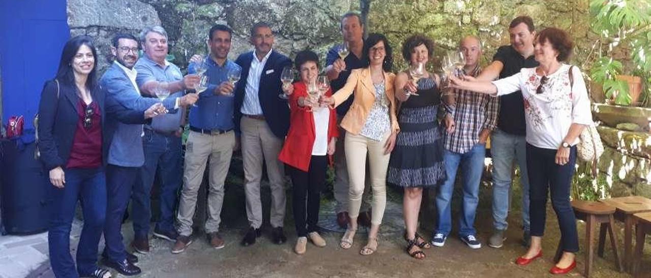 Representantes de las bodegas participantes, la alcaldesa (Á.F.Callís) y la concejal de Cultura brindan por la vigesimoséptima Feria del Vino de O Rosal. // D.B.M.