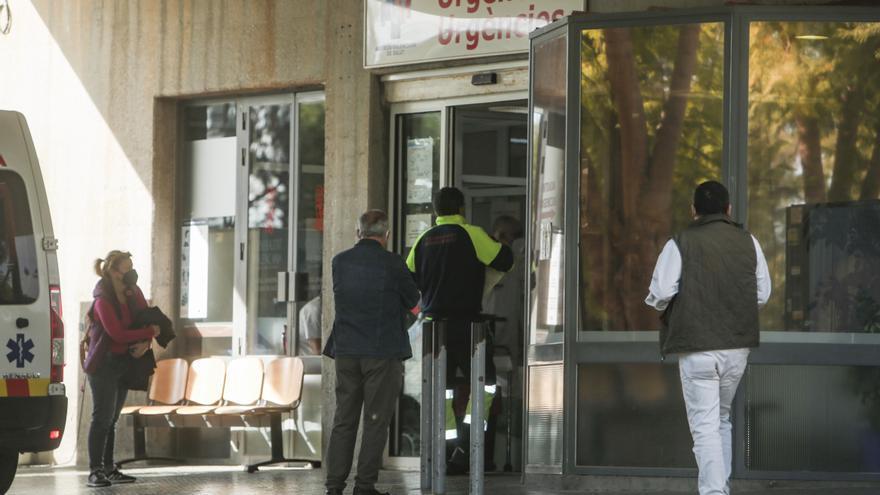 Las bancos de la paciencia frente a los hospitales de la provincia de Alicante