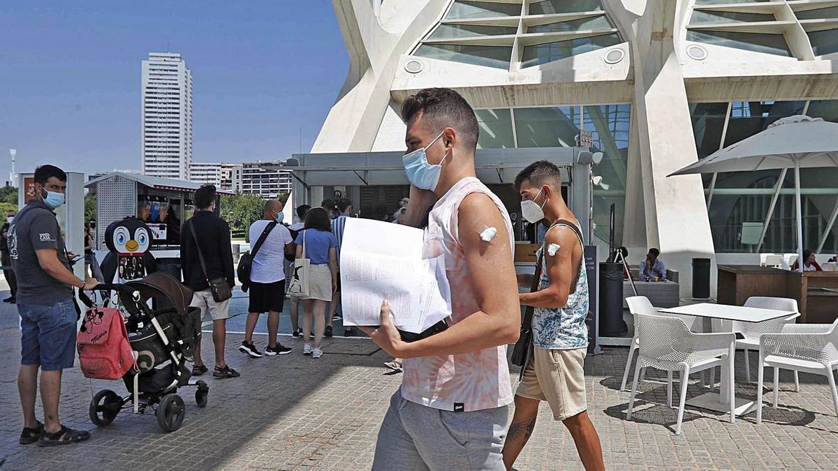 Dos jóvenes salen de vacunarse del Museo de las Ciencias de València, ayer.    JM LÓPEZ