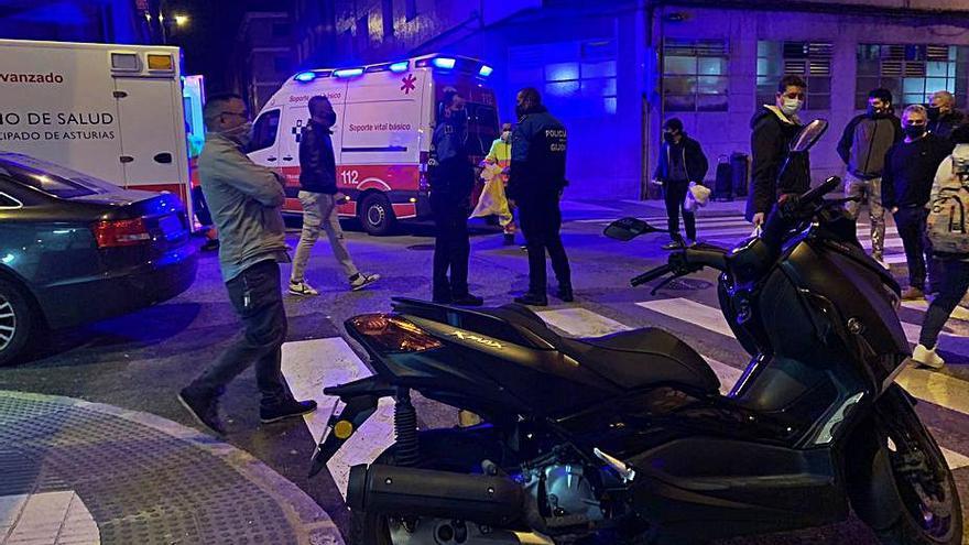 Dos heridos tras arrollar una furgoneta a una moto con dos viajeros en Gijón