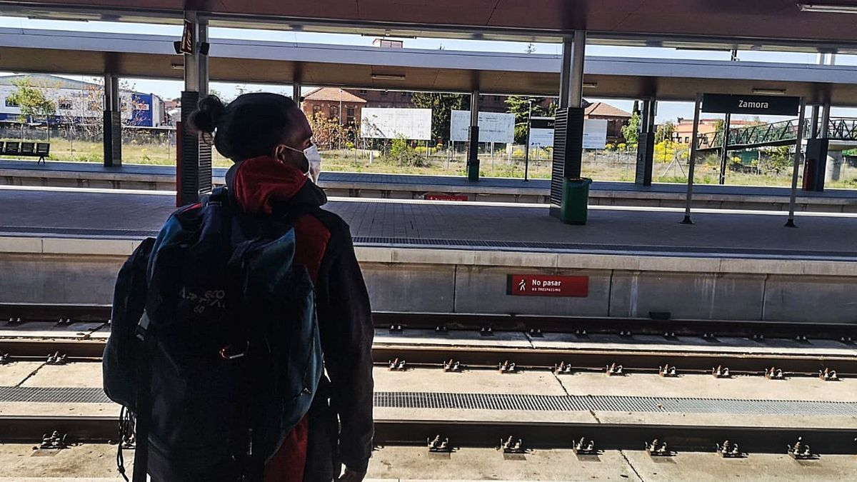Un joven, en el andén de la estación de tren de Zamora.  