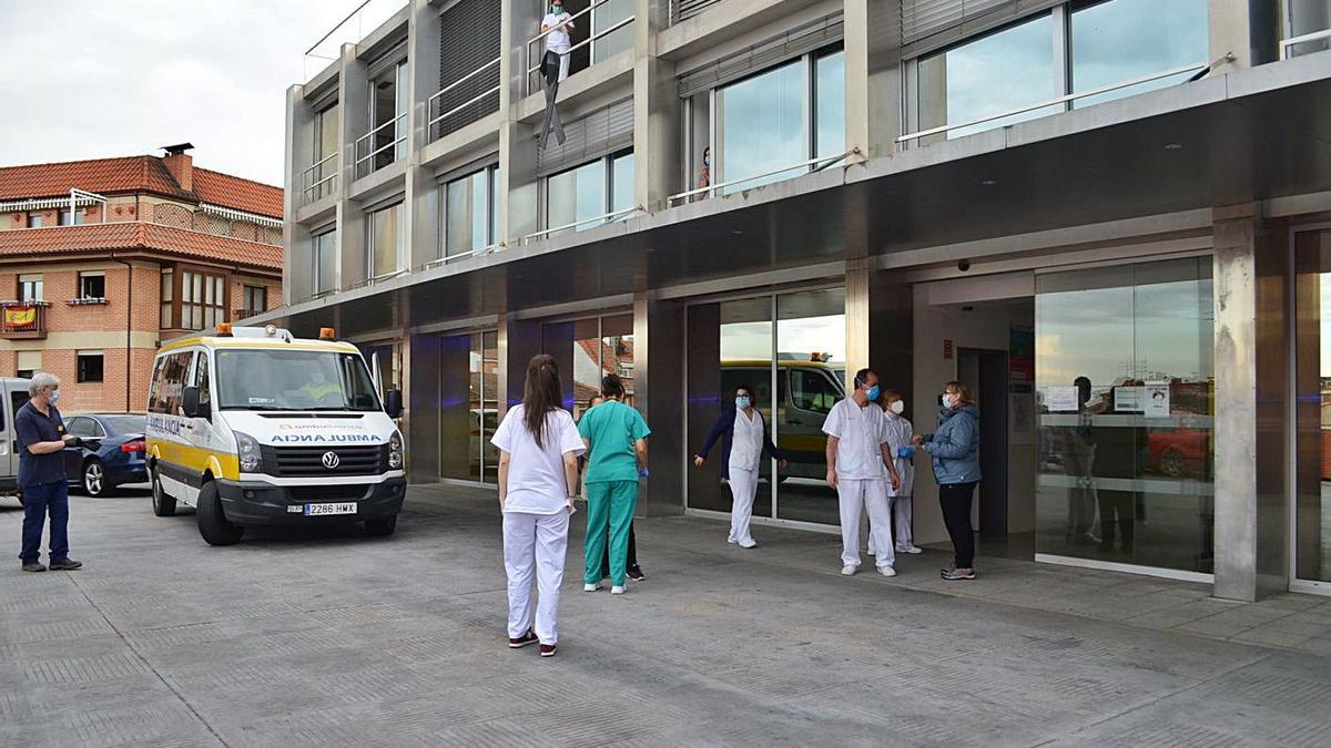 Acceso a las urgencias del hospital comarcal.   E. P.