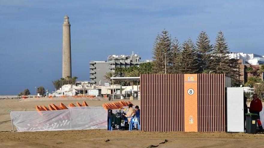 El Sur instala los quioscos en las playas tras más de cinco años almacenados