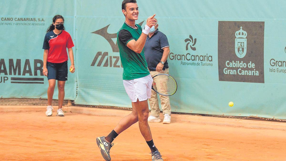 Carlos Gimeno, campeón del Gran Canaria Challenger 2, hace un gesto de celebración durante la final de ayer en El Cortijo Club de Campo.