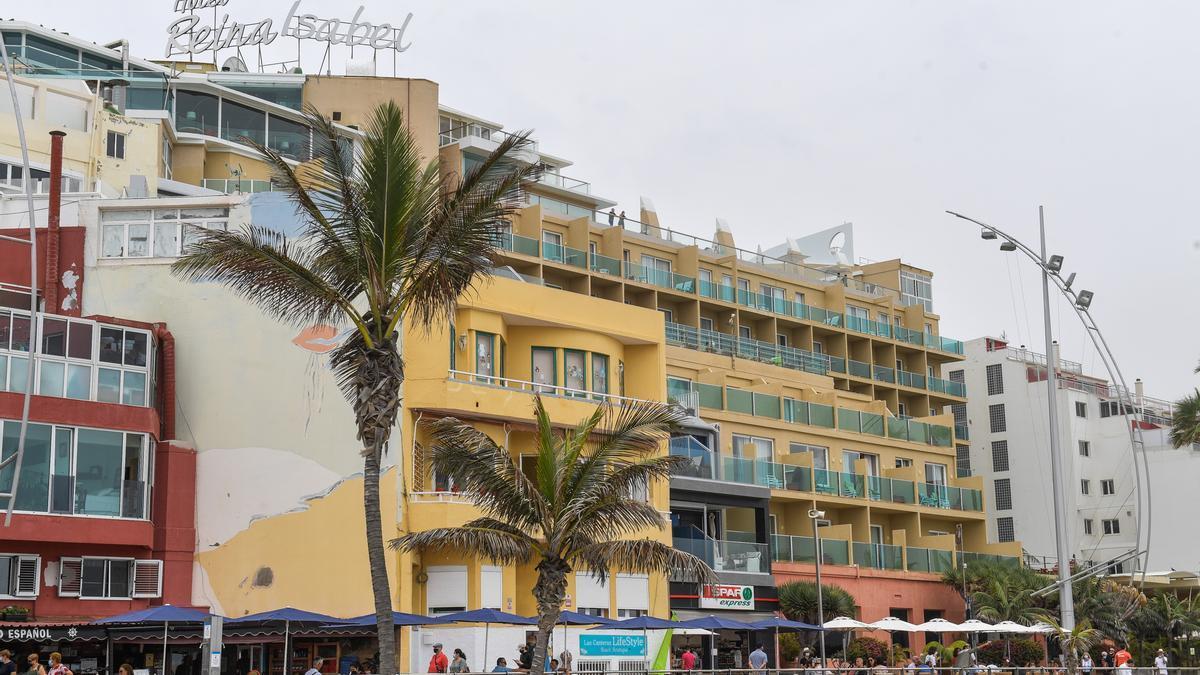 Hotel Reina Isabel, del arquitecto Manuel Roca, protagonista de uno de los bici-paseos organizados por el Colegio de Arquitectos.