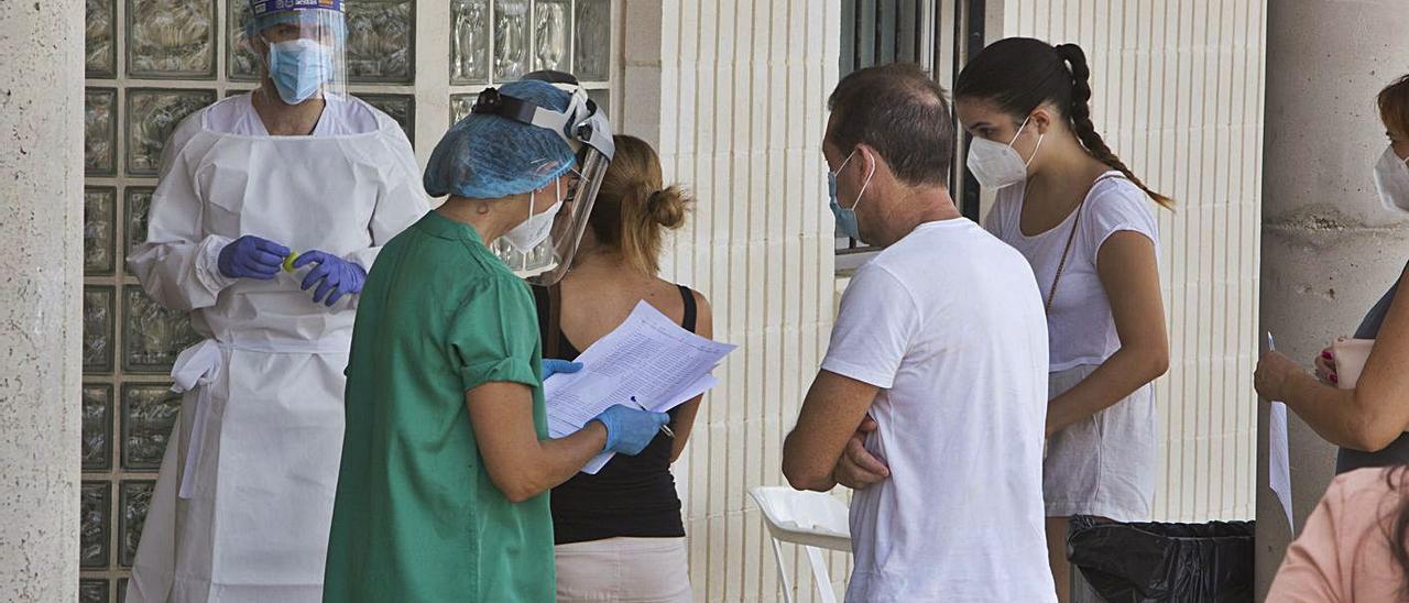 Varios vecinos esperan a la realización de pruebas PCR, en una imagen de archivo | PERALES IBORRA